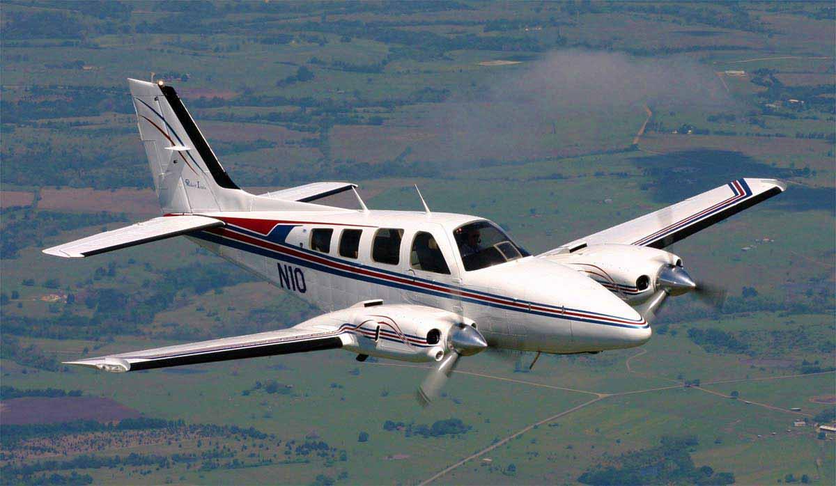avion bimotor